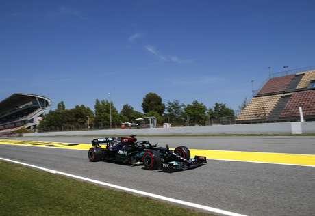 Lewis Hamilton arrancou uma grande vitória na base da estratégia e do vacilo da Red Bull