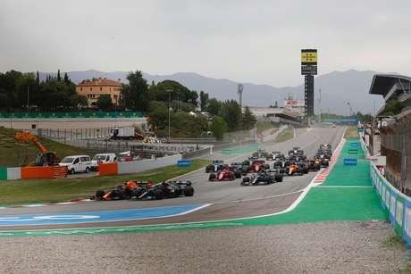 Max Verstappen pulou para a liderança logo após a largada em Barcelona