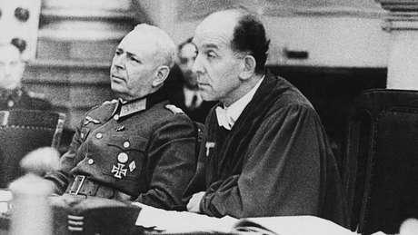 Conhecido como juiz de Hitler, Roland Freisler (à direita) condenou Sophie e Hans Scholl e Christoph Probst à morte em fevereiro de 1943