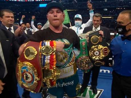 Canelo Alvarez venceu Saunders e conquistou cinturão da WBO (Foto: Reprodução/DAZN)