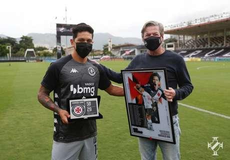 Cano recebeu uma placa do presidente Jorge Salgado (Rafael Ribeiro/Vasco)