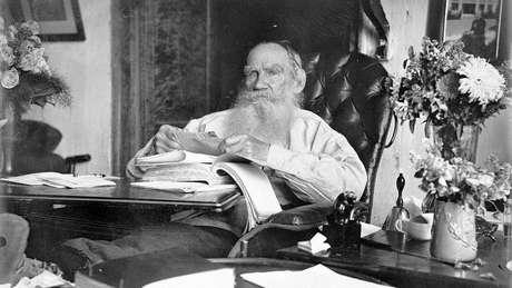Tolstói compartilhava um credo semelhante com Fyodorov, impulsionado pela feroz resistência à guerra.
