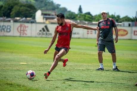 Isla em ação durante treino do Flamengo (Foto: Alexandre Vidal/Flamengo)