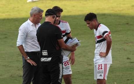 Crespo instruindo Igor Gomes e Gabriel Sara durante jogo com o Mirassol (Foto: Rubens Chiri/ São Paulo FC)