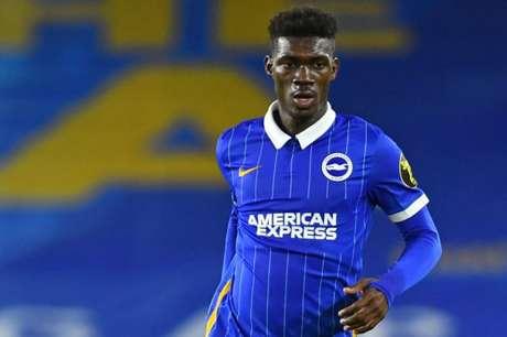 Atleta de Mali está entre os gigantes da Inglaterra (GLYN KIRK/POOL/AFP)