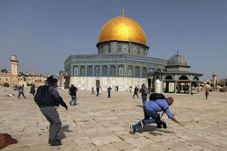 Polícia israelense e palestinos se enfrentam em frente à mesquita de Al Aqsa em Jerusalém 10/05/2021 REUTERS/Ammar Awad