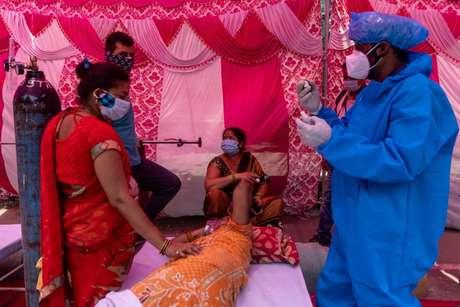 Mulher recebe oxigênio em um  Gurudwara (templo Sikh) em Ghaziabad, Índia 6/5/2021 REUTERS/Danish Siddiqui