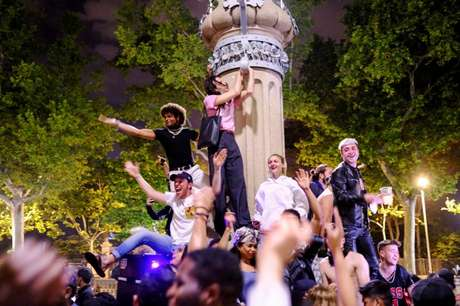 Espanhóis comemoram em Barcelona fim do estado de emergência 10/5/2021   REUTERS/Nacho Doce