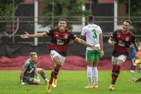 Mateusão comemora gol no sub-20 (Foto: Marcelo Cortes/CRF)