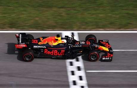 Max Verstappen não conseguiu impedir Lewis Hamilton de chegar a sua terceira vitória na temporada