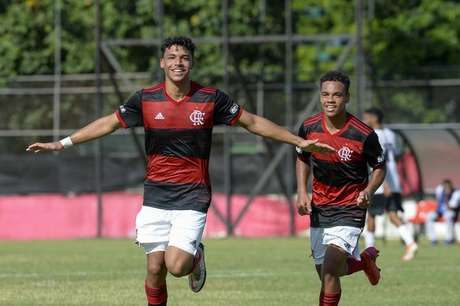 Victor Hugo (esquerda) é um dos destaques da equipe (Foto: Marcelo Cortes/Flamengo)
