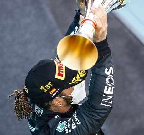Lewis Hamilton: a dois passos do paraíso.