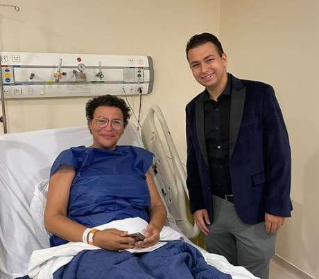 Luisa Marilac com o cirurgião plástico Thiago Marra, responsável pela reconstrução de seus seios
