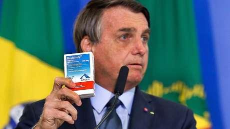 Bolsonaro com caixa de cloroquina, em foto de setembro de 2020; o chamado 'kit covid' tem sido apontado como prejudicial ao tratamento da covid-19