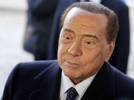 Berlusconi foi internado pela 5ª vez neste ano e a 8 dias de audiência em Milão