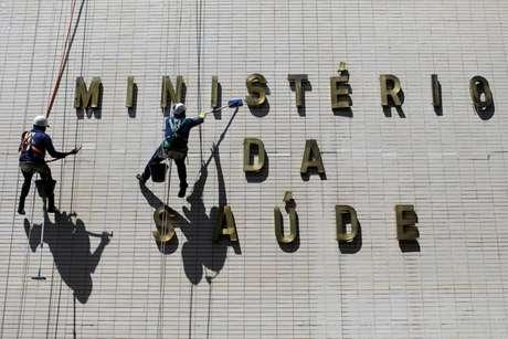 Funcionários limpam fachada do prédio do Ministério da Saúde 30/03/2021 REUTERS/Ueslei Marcelino