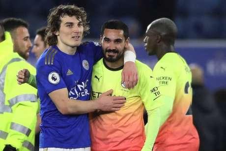 Söyüncü e Gündogan em duelo entre Leicester e Manchester City na temporada passada (Foto: Reprodução / Twitter)
