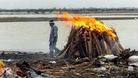 Corpos cremados nas margens do rio Ganges em Uttar Pradesh