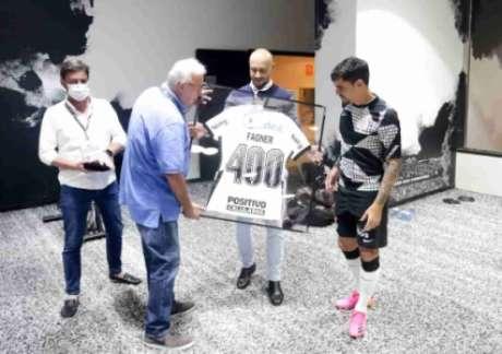 Fagner foi homenageado por diretores do Corinthians (Foto: Rodrigo Coca/Ag.Corinthians)