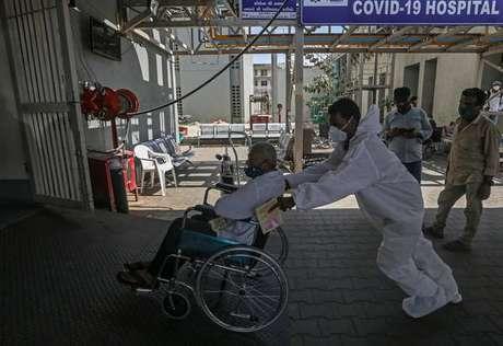 Médico atendendo um paciente suspeito de estar com Covid-19