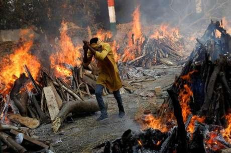 Cremação em massa de pessoas que morreram de Covid-19 em Nova Délhi 26/04/2021 REUTERS/Adnan Abidi