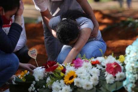 Mulher chora durante funeral da mãe, que morreu com suspeita de Covid-19, no cemitério de Vila Formosa, em São Paulo 06/08/2020 REUTERS/Amanda Perobelli