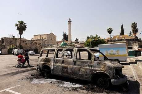 Veículo é queimado após confrontos violentos na cidade de Lod em meio a hostilidades entre militantes de Israel e Gaza e tensões em Jerusalém  12/05/2021 REUTERS/Ronen Zvulun