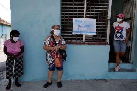 Pessoas aguardam vacinação em Havana  12/5/2021   REUTERS/Alexandre Meneghini