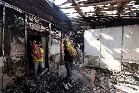Objetos sagrados são retirados de sinagoga incediada durante conflitos entre israelenses e palestinos