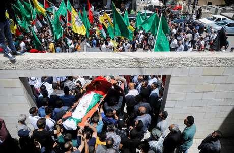 Palestinos reúnem em funeral de criança morta durante conflitos com Israel