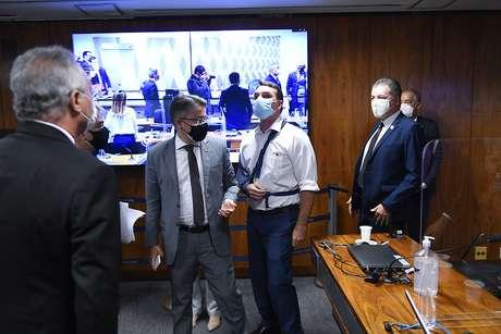 Flávio Bolsonaro e Renan Calheiros discutem após suspensão da sessão da CPI