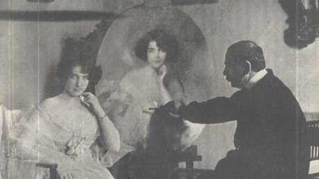 De família aristocrata, Nair de Teffé quebrou moralismos na arte e se tornou uma das primeiras caricaturistas do mundo. Na foto, posa para o pintor francês Giraud de Scevola