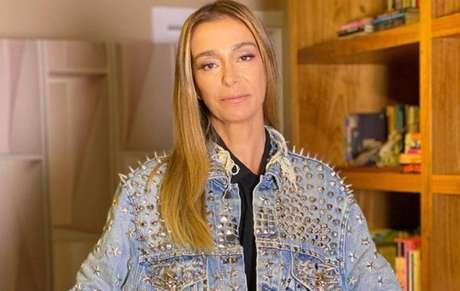 Mônica Martelli usa jaqueta de Paulo Gustavo no 'Saia Justa'
