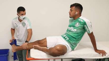 Gabriel Menino recebendo cuidados do fisioterapeuta (Foto: Cesar Greco/Palmeiras)