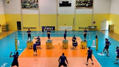 Seleção brasileira de vôlei durante treinos em Saquarema (RJ)