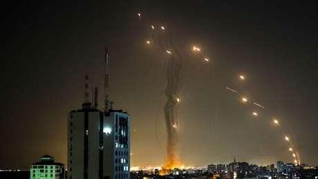Na terça à noite, os mísseis interceptados pela Cúpula de Ferro puderam ser vistos no céu israelense