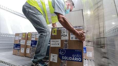 Chegada de doses da Pfizer a Porto Alegre, em 10 de maio; críticos afirmam que Brasil ficou 'no fim da fila' global para receber imunizante