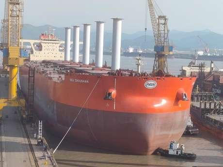 Primeiro navio mineraleiro do mundo equipado com velas rotativas em foto no porto de Zoushan, China  29/04/2021 Vale/Divulgação via REUTERS
