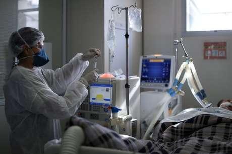 Paciente de Covid-19 é tratado em UTI de hospital em São Paulo 17/03/2021 REUTERS/Amanda Perobelli