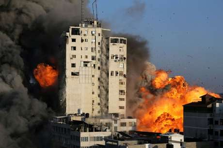 Prédio em chamas em Gaza  12/5/2021    REUTERS/Ibraheem Abu Mustafa