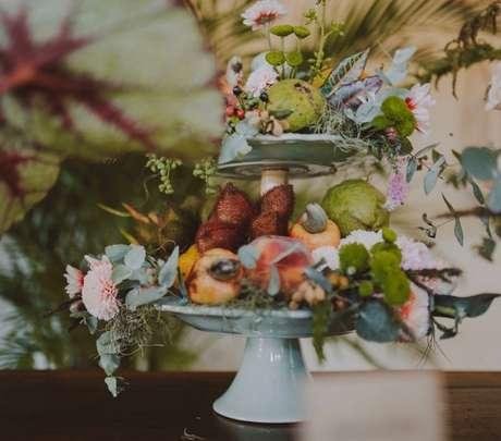 Mesclar frutas e arranjos florais é sucesso garantido!/ Reprodução.