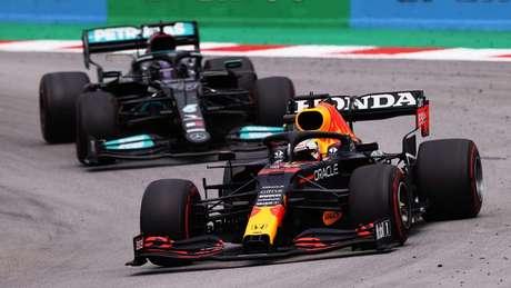 Red Bull de Verstappen à frente da Mercedes de Hamilton: no duelo entre os dois, um intensivão para o holandês.