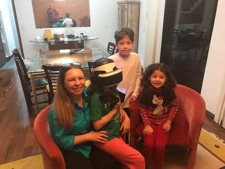 Márcia Berimbau e família jogando PSVR