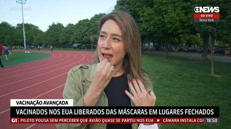 A correspondente CarolinaCimentipassa batom durante link naGloboNews