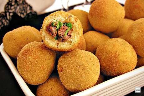 Guia da Cozinha - Bolinho de mandioca com carne moída para aproveitar em família