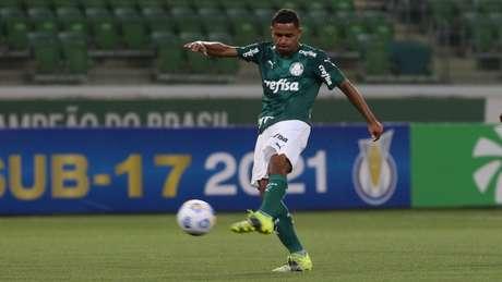 Jean Carlos acertou um belo chute para marcar o primeiro dele na categoria sub-17 (Foto: Fabio Menotti/Palmeiras)
