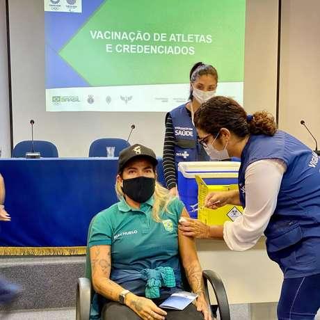 Silvana Lima toma vacina para covid-19 antes dos Jogos Olímpicos