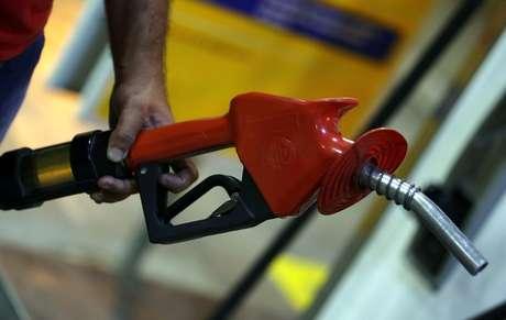 IPC-S reduz alta a 0,23% em abril com queda de Transportes, diz FGV .  REUTERS/Paulo Whitaker