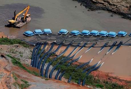 Equipamentos da Sabesp na represa do Jaguari, em Bragança Paulista (SP)  12/02/2015 REUTERS/Paulo Whitaker