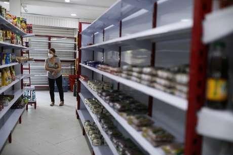 Prateleiras praticamente vazias em supermercado em Cali, Colômbia  13/05/2021 REUTERS/Luisa González